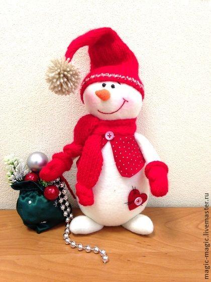 Снеговичок `Румяные щечки`. Представляю Вам доброго, улыбчивого Снеговичка в красных рукавичках, шапочке, жилетке и колпачке, который с радостью поселится у Вас дома или станет достойным подарком для друзей, близких или коллег и непременно…
