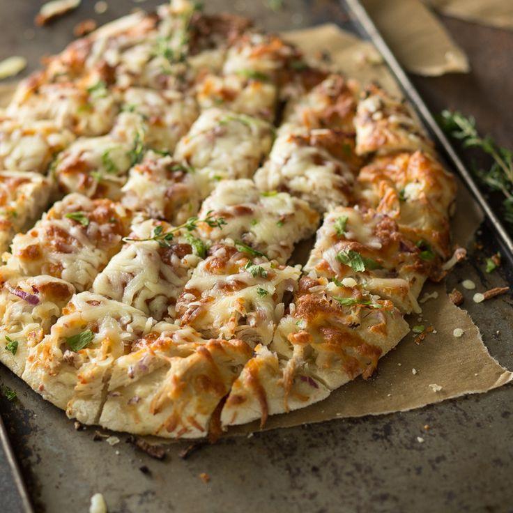 Ja, diese Pizza frisch vom Blech macht ein wenig Arbeit. Aber wer ein Stück von dem fluffig-knusprigen Boden mit würzigem Topping probiert hat, weiß, dass sie die Mühe wert ist!