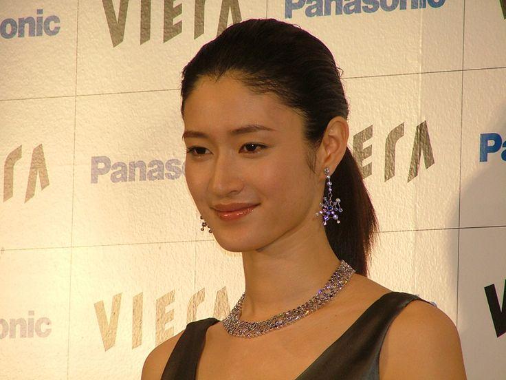 ポニーテールに豪華なアクセサリーをつけているドレス姿の女優・小雪