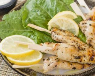 Mini brochettes minceur de poulet mariné aux agrumes : http://www.fourchette-et-bikini.fr/recettes/recettes-minceur/mini-brochettes-minceur-de-poulet-marine-aux-agrumes.html