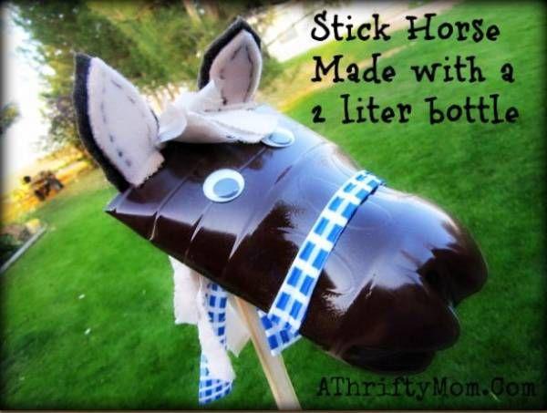 Un cheval bâton… avec une bouteille en plastique