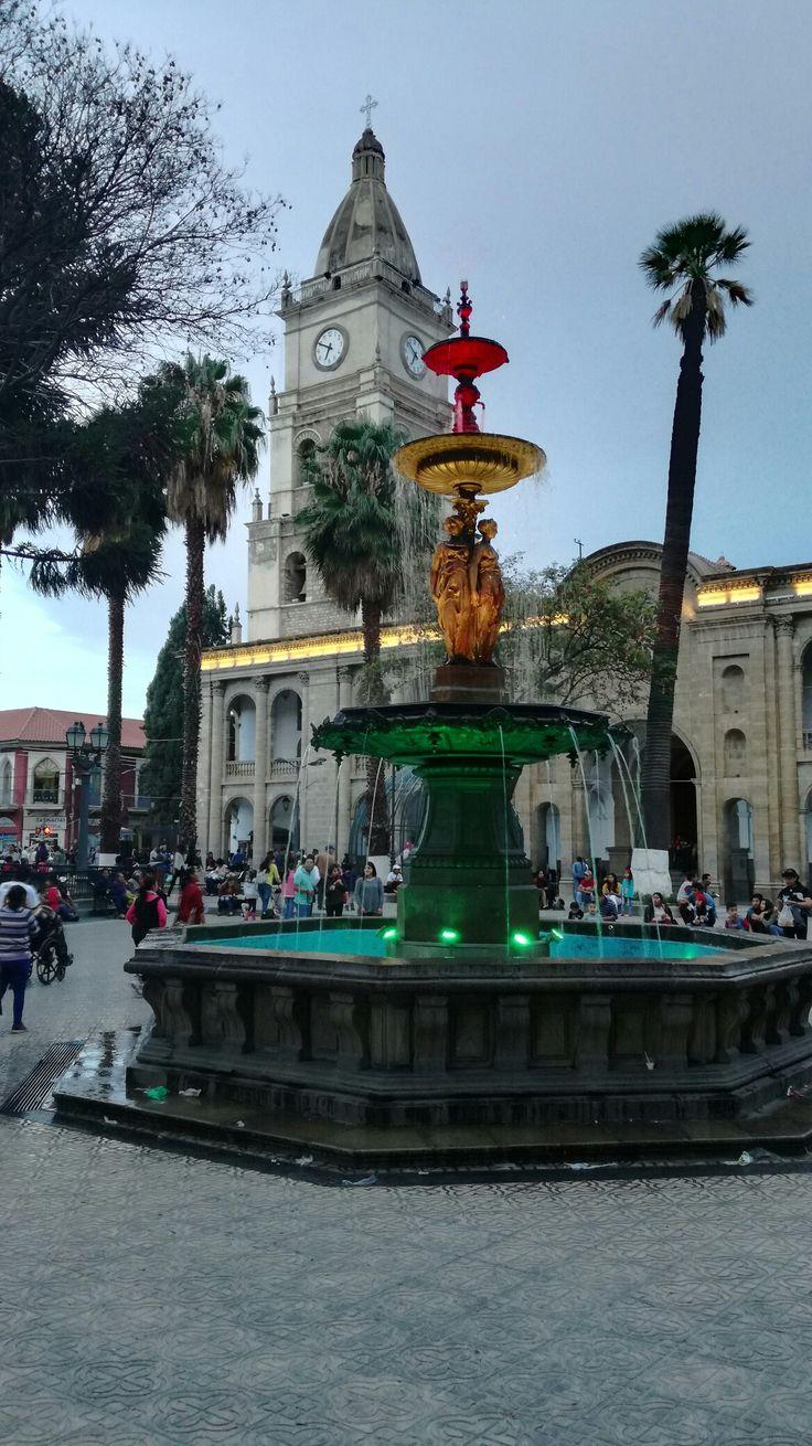 Cochabamba es un Ciudad en el centro de Bolivia. En la ciudad hay una plaza se llama, Plaza 14 de Septiembre. Eso es un lugar con mucho historia  y arquitectura. Debes sacar un foto con la arquitectura hermosa.