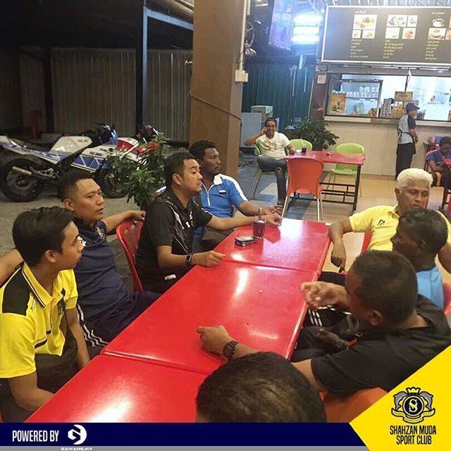 Pihak Shahzan Muda Football Club mengucapkan juataan terima kasih kepada  saudara Patrick (pet) pegawai khas menteri MOA kerana sudi menaja pasukan Shahzan Muda makan malam di Restoran Che Senah malam tadi.  Skuad Shahzan Muda mengakhiri perlawanan persahabatan di Kuala Lumpur dengan 1 kemenangan, 1 seri dan 1 kekalahan.  #shahzanmudasportclub #smsc #thedolphin #friendly #match #presession #pramusim #matchday #respect #frompahang #adidas #soccer #pialafam #fam #menjulangjuara #bolasepak…