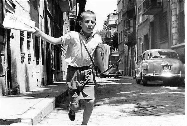 Yazıyor Yazıyor (1950lerde gazete dağıtan çoçuk)  paperboy. 1950s.
