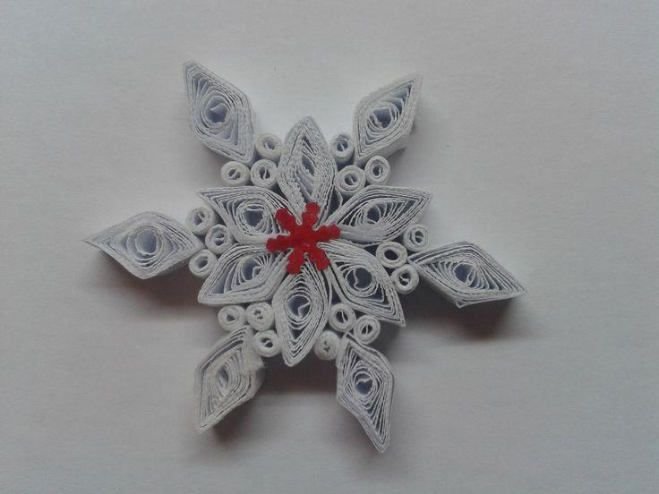 Vánoční hvězda Vánoční hvězdička je vyrobena metodou quilling, je mežné ji použít jako ozdobu vánočního stromečku, ozdobu vánočního jehličí, různých dekorací na nábytek. také je vhodná jako malý dárek nebo pozornost. Velikost hvězdočky v průměru je 5,5 cm.