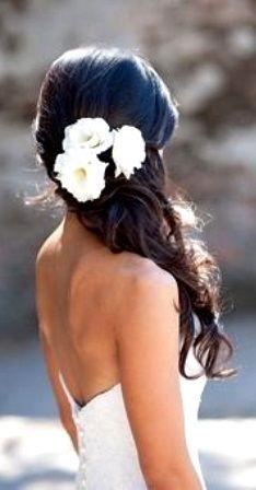Flores blancas en un semirecogido con pelo suelto. Precioso look y peinado para novia. #bodas #wedding #peinado #hairstyle #long #largo #novia #bride