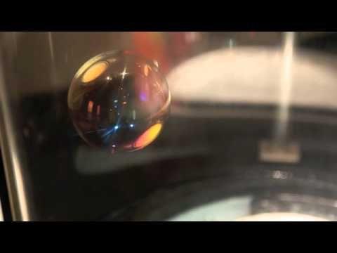 Skapa en såpbubbla som flyter på osynlig koldioxid. Detta experiment handlar om kemiska reaktioner, densitet, polära och opolära ämnen, och lite till.