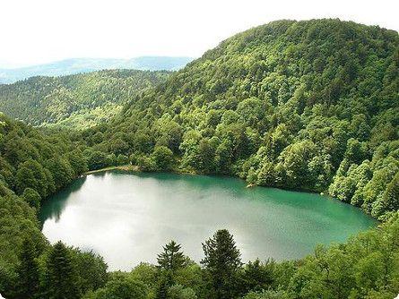 Lac des Perches (Haut-Rhin) Ce petit lac du versant alsacien du massif des Vosges surprend par sa jolie forme ronde. Belles randonnées et escalade praticable autour.