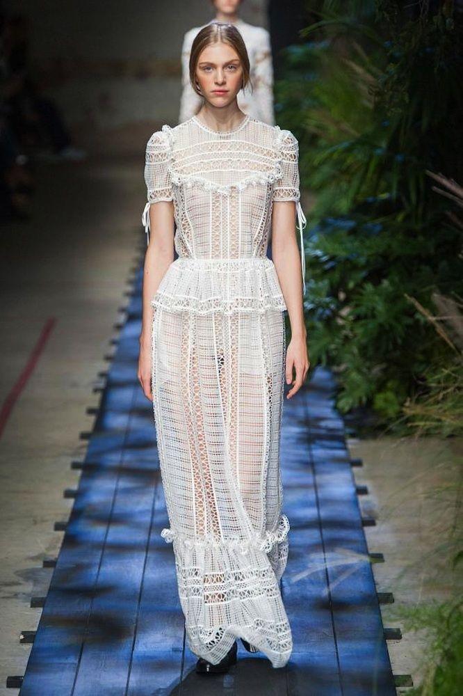 vestidos de pasarela para novias no convencionales. Precioso vestido largo de estilo setentas realizado en crochet con diseño peplum y pechera en color blanco de Erdem.