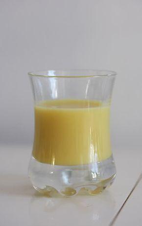 Ingredienti: 250 ml di latte intero , 250 ml di panna fresca liquida , 500 ml di alcool , 300 g di zucchero , 300 g di banane (non acerbe) , 1 stecca di va
