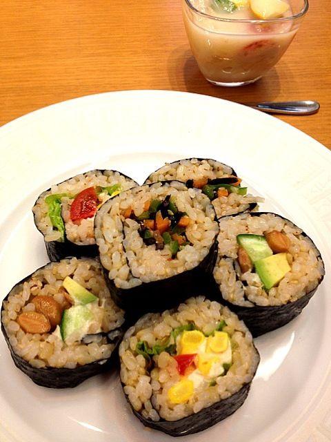 玄米の巻き寿司。美恵先生の18番。合わせ酢に梅干しを使うことで、消化にもカラダにも優しいレシピです。中身は、豆腐クリーム&コーン&プチトマト、納豆&アボカド、ピーマンとひじきと人参の炒め物。 - 62件のもぐもぐ - 玄米巻き寿司 by madokamorita