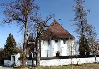 Kostolík v Starej Haliči so vzácnou drevenou zvonicou.