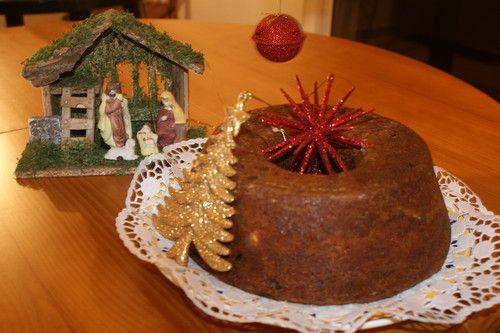 Na Ilha da Madeira o bolo de família faz parte das mesas de Natal. A minha mãe nasceu lá. Apesar de ter vindo para o continente em tenra idade, ficou muito ligada à terra natal e às suas tradições e costumes. Era na época de Natal que esses laços se f...