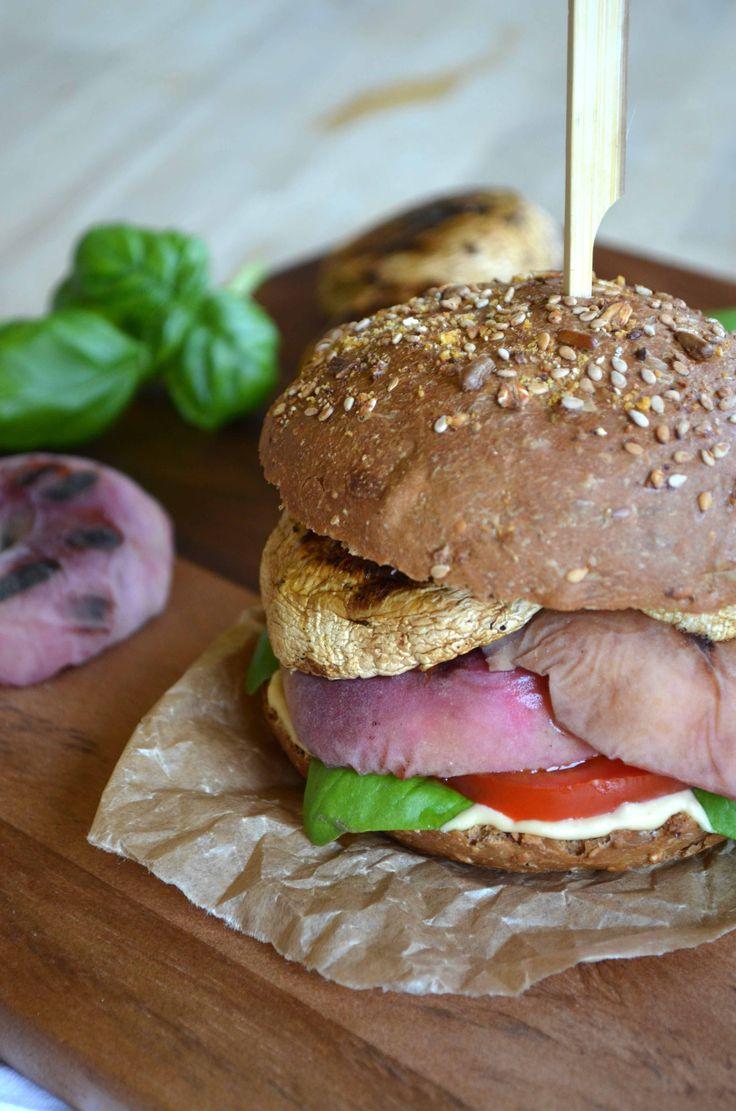 *** portobello burger, basilicum, hummus, sojasaus, tomaat en limoen