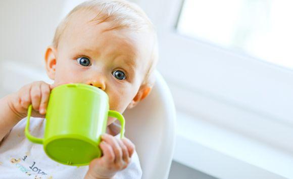 hoeveel melk baby 2 maanden