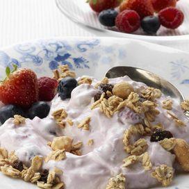 Dieta per il cuore COLAZIONE A CASA Inizia la giornata con uno yogurt e una manciata di semi di lino: ricchi di Omega 3 e 6 costituiscono un nutrimento essenziale per l
