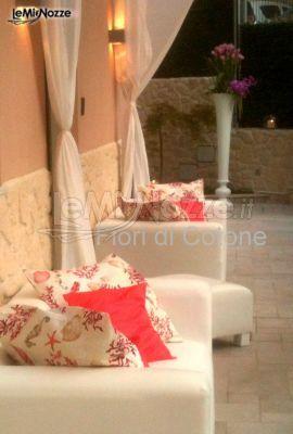 http://www.lemienozze.it/operatori-matrimonio/wedding_planner/agenzia-organizzazione-matrimoni/media/foto/3 Divani e cuscini colorati per un allestimento di nozze originale.