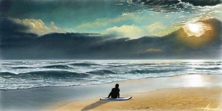 Мужчина сидит на доске для серфинга на берегу моря