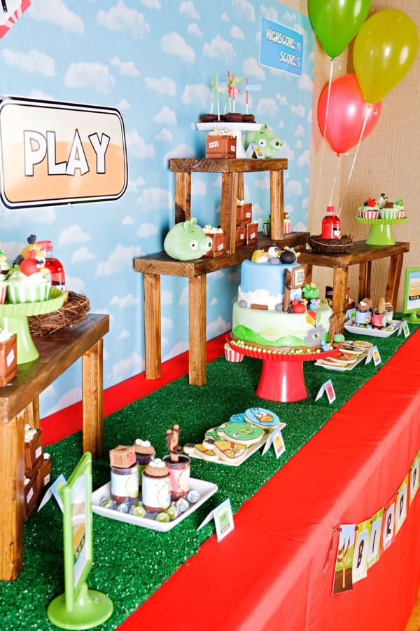 love this angry bird tablescape: green grass table runner, and the wooden structures to give height.