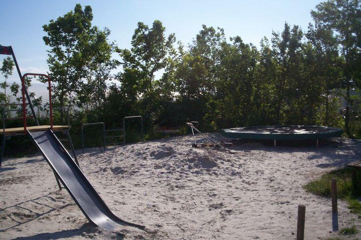 Speeltuin met trampoline, schommel, glijbaan en zandbak!
