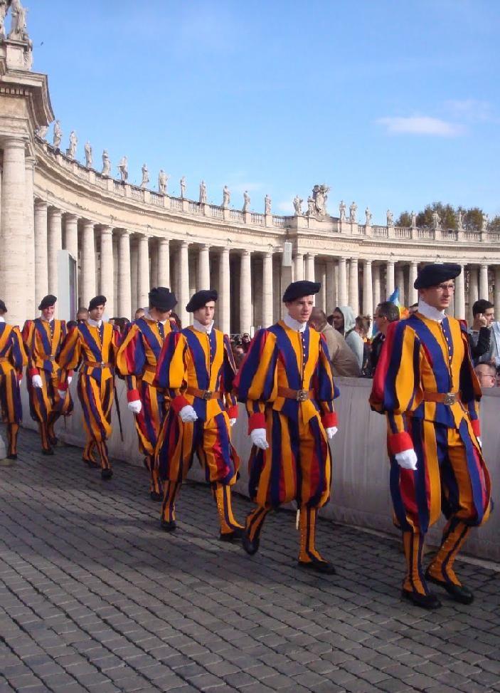 La garde suisse est au service du Pape et veille sur le Vatican depuis plus de 500 ans. Rome Lazio