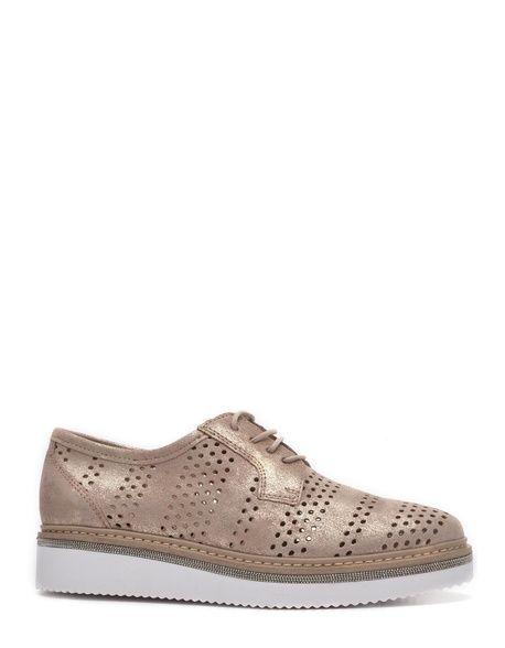 a25a1d0333e Zapato realizado en piel metalizada de color rosa con diseño  troqueladoCierre de cordonesPlantilla de piel acolchadaSuela