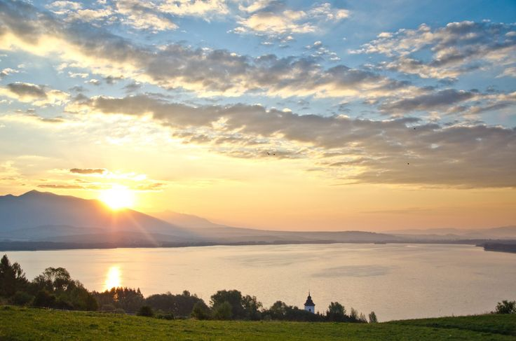 Beautiful #sunrise above #Liptov region. #love my #home! ❤️ #Slovakia #nizketatry #lowtatras #tatry #liptovskamara #beautifulnature #hometown #sun #morning #gold #goldlight