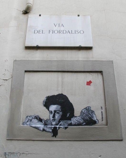 Un naso con i baffi in via delle Seggiole, un orecchio gigante nell'area audiosorvegliata. Sono le opere d'arte contemporanea di un gruppo di 30 artisti provenienti anche da fuori regione. Durante la notte hanno ridipinto, e trasformato in un quadro, le finestre murate di Firenze. Tra gli arti