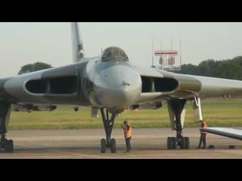 Avro Vulcan Bomber XH558 taxis on to stand at Doncaster Sheffield Robin Hood…