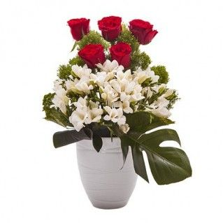 Acest aranjament de flori este o imbinare perfecta a trandafirilor rosii ce debordeaza senzualitate- See more at: http://cityflowers.ro/ocazii-speciale/treasure-aranjament-trandafiri-frezii#sthash.1iisUA9c.dpuf Treasure Aranjament de flori trandafiri, frezii, trahelium