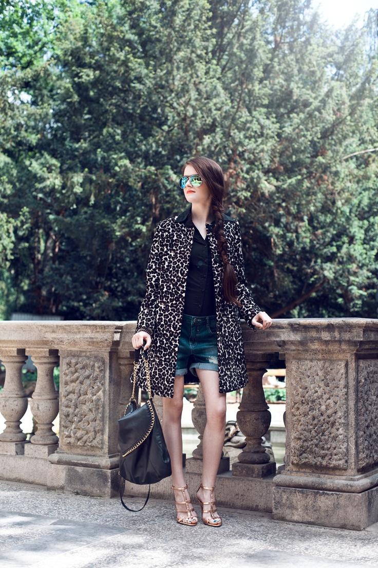 Na foto: šortky (Only, 799 Kč), košile (Vero Moda, 699 Kč), kabát (Lindex, 1999 Kč), boty (Mango, 1499 Kč), set náramků (Lindex, 249 Kč), brýle (Mango, 549 Kč)