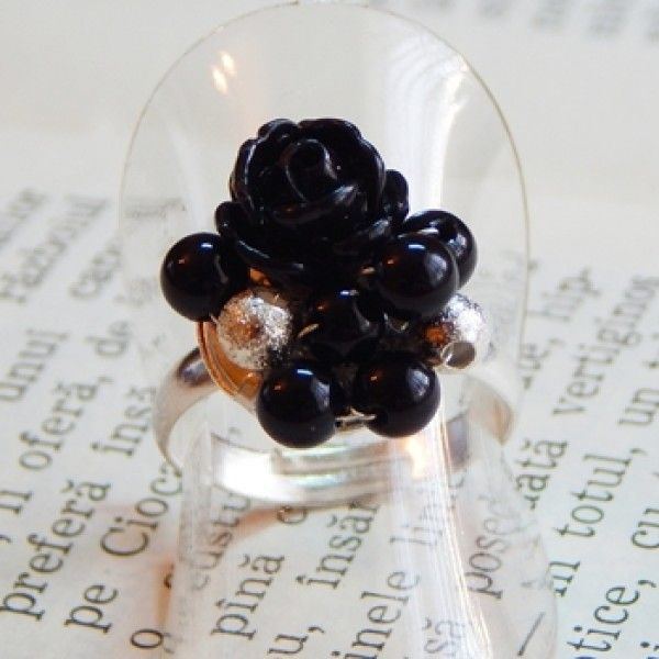 Inel placat cu argint, pietre semipretioase (onix) si trandafiras din polimer negru.