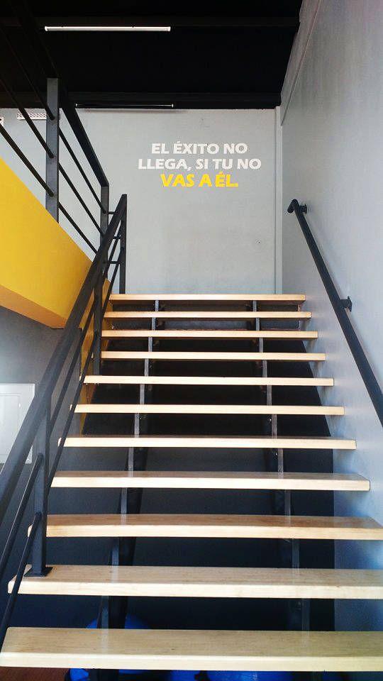 Busca imágenes de Gimnasios de estilo moderno en amarillo: Gimnasio. Encuentra las mejores fotos para inspirarte y crea tu hogar perfecto.