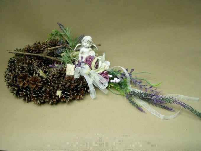 ANIOŁEK LAWENDA RÓŻE wianek z szyszkami (693-2) sztuczne kwiaty STROIK NA GRÓB Kompozycje kwiatowe Marko604
