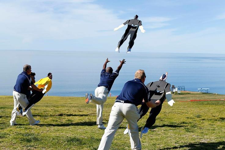 Adidas рекламирует ультралегкую обувь для гольфа, запуская радиоуправляемых моделей гольфистов в Сан-Диего, Калифорния.  Фото: Reuters