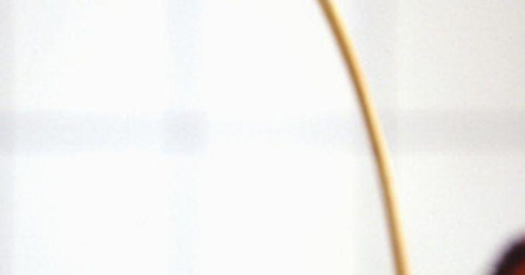 Cómo conservar flores secas. Si usas flores secas para decorar tu casa, puedes conservarlas con algunos simples pasos. Ya sea que estés guardando las flores hasta la siguiente temporada o exhibiéndolas todo el año, preservar las flores secas es esencial para extender la vida de tu ramo, corona u otra decoración floral seca.