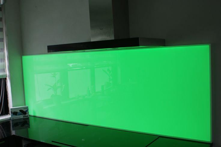 Keukenglas met LED verlichting achter het glas. LED verlichting is in te stellen in alle kleuren.