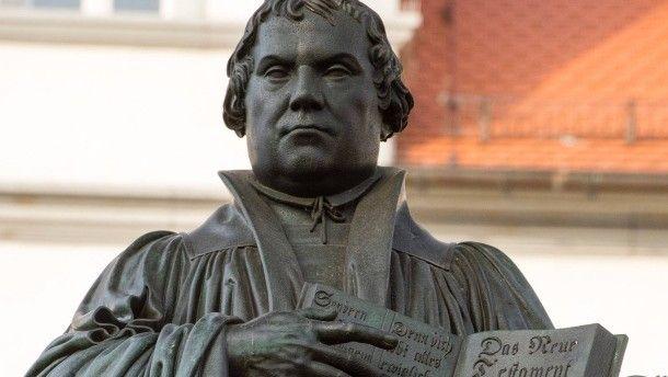 Auf dem Weg zum großen Reformationsjubiläum 2017: Während die Ängstlichen den Berserker Luther am liebsten verstecken würden, feiern die Ahnungslosen ihn als Vorkämpfer eines pluralistischen Gemeinwesens. Beides ist verfehlt. Für Luther wäre der moderne Individualitätsbegriff des Teufels. Was machen wir jetzt mit dem Mann?