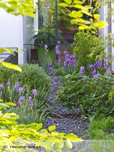 Bepflanzung für einen modernen Garten. Schotter als Abdeckung, Iris, Lavendel und Yucca bilden das Grundgerüst der Bepflanzung