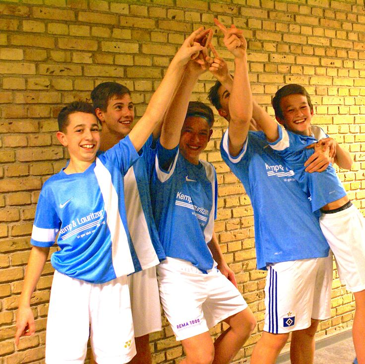 """SportsCoachen.dk har valgt at sponsorere """"Stjernekrigerne"""" - et indendørs fodboldhold, som tager et frikvarter fra deres normale og meget seriøse sportsgrene. Vi tror på, at der skal være plads til sjov også... Held og lykke drenge!"""