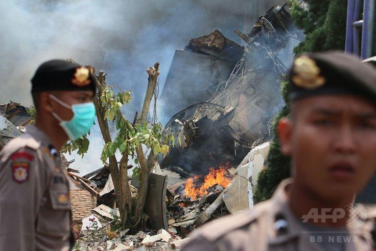 インドネシア・スマトラ島、メダンの住宅地に墜落したインドネシア軍の輸送機ハーキュリーズの残がい(2015年6月30日撮影)。(c)AFP/Kharisma TARIGAN ▼30Jun2015AFP|住宅街に軍輸送機墜落、死者110人超の恐れ インドネシア http://www.afpbb.com/articles/-/3053212
