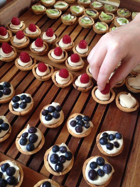 Opskrift på små tærter #petit_fours - bund af mørdej, creme (evt. tilsat lakrids eller kaffe) og friske bær, fx blåbær, hindbær eller brombær.