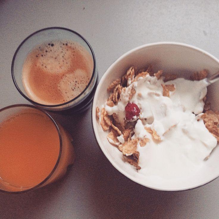 Petit déjeuner light pour régime. 40 grammes de céréales spécial k fruits rouges, fromage blanc 0%, jus d'orange pressé et café !