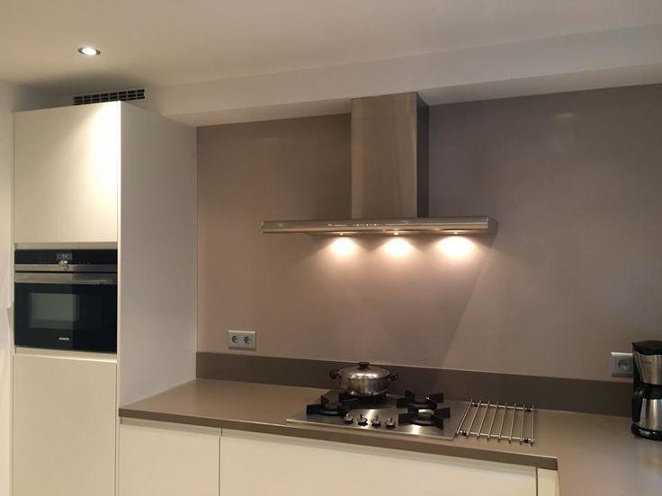 Referentie Wildhagen | Moderne keuken met afzuigkap en kookplaat. https://www.facebook.com/wildhagen.nl/posts/803324766439258 #designkeukens