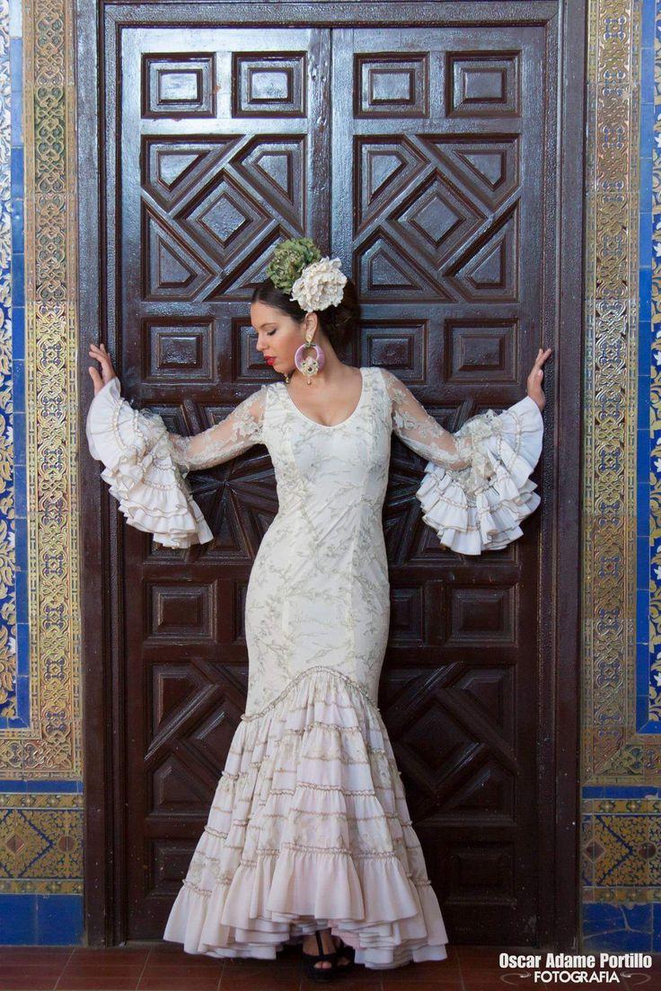 ▶️ Traje de flamenca blanco encaje tipo novia  Diseño exclusivo de Viviana Iorio ▶️ Colección 2015, Sevilla, España  info@vivianaioriotrajesdeflamenca.com