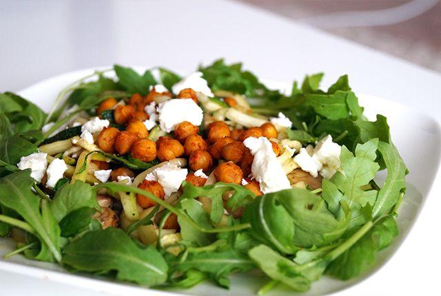 In 20 minuten op tafel: vullend, maar licht verteerbaar. Courgetti met krokante kikkererwten, feta en rucola. Het recept is vega en glutenvrij. Bekijk >>