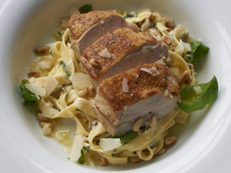 Pannestekt kyllingbryst med kremet pasta