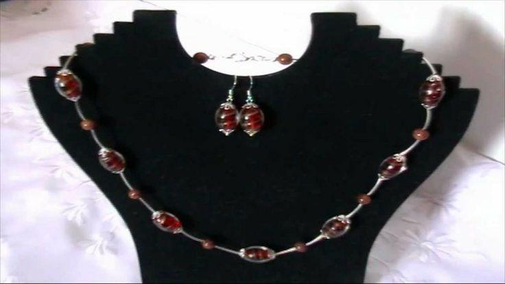 Bijuterii handmade - Set colier si cercei din margele de sticla rosii cu foita aurie - http://videos.silverjewelry.be/sets/bijuterii-handmade-set-colier-si-cercei-din-margele-de-sticla-rosii-cu-foita-aurie/