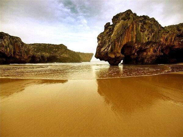 Playa Cuevas del Mar en Nueva de Llanes (Asturias).