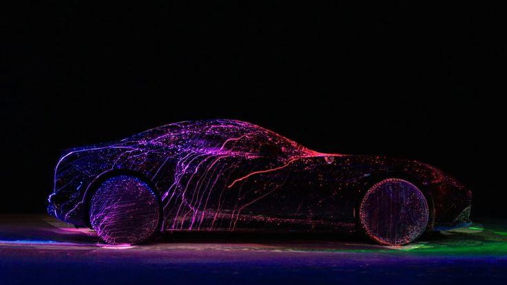 超高級車フェラーリに蛍光塗料を吹きかける贅沢で大胆な美しいアート!|StartHome